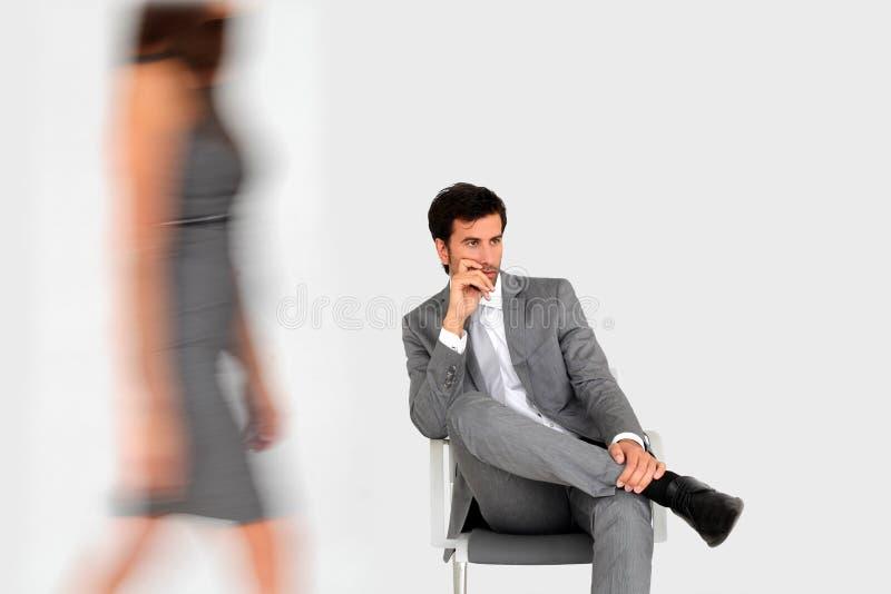Väntande på möte för affärsman, förbigå för kvinna royaltyfri fotografi