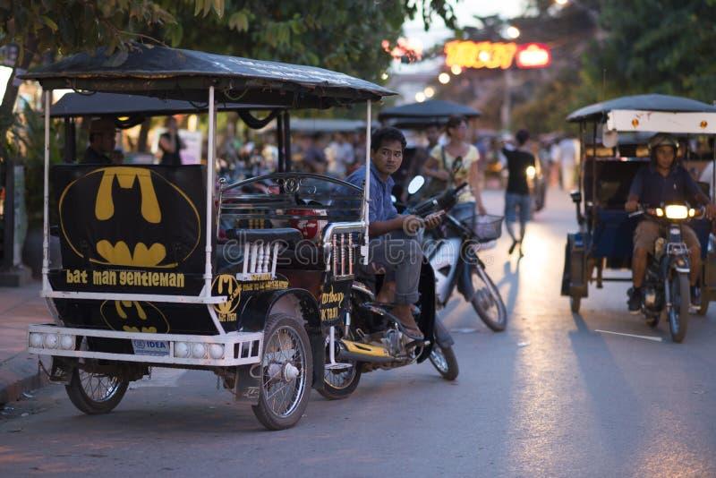 Väntande på passagerare Tuk Tuk för kambodjansk traditionell taxibil i Siem Reap, Cambodja arkivfoto