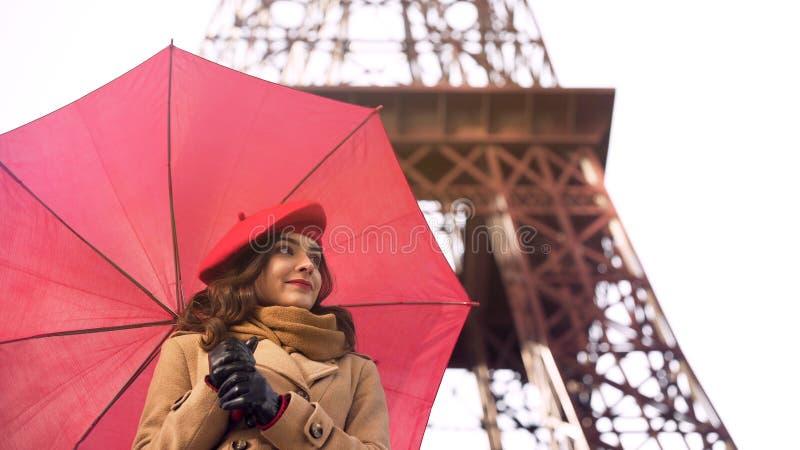 Väntande på pojkvän för härlig kvinna, romantiskt datum i Paris på regnig dag arkivbild