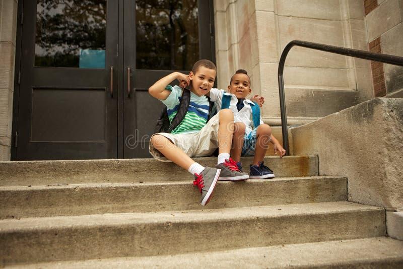 Väntande på skola royaltyfri fotografi
