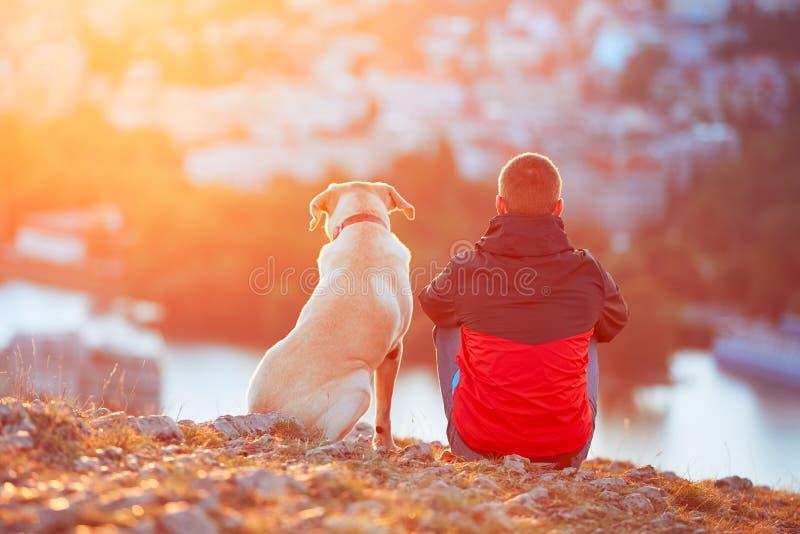 Väntande på sol fotografering för bildbyråer