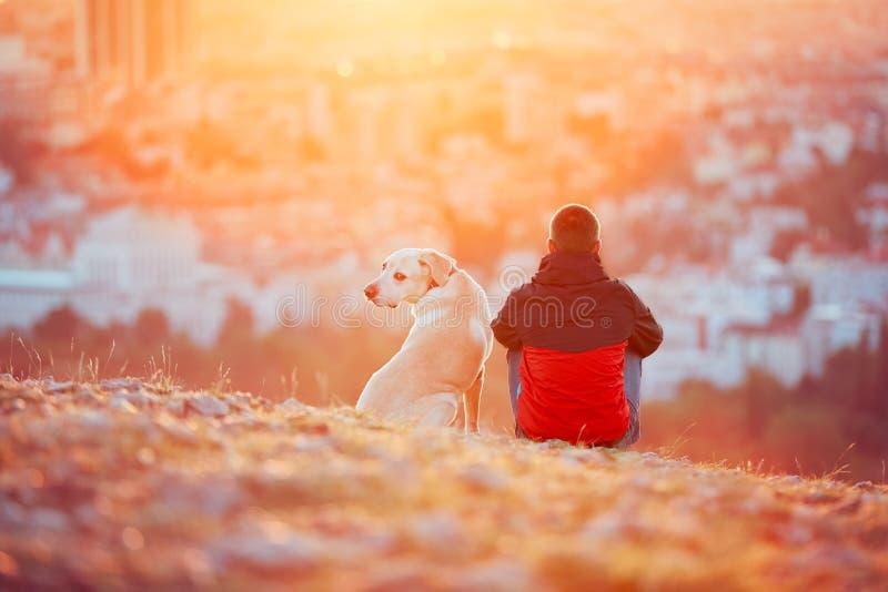 Väntande på sol arkivbild