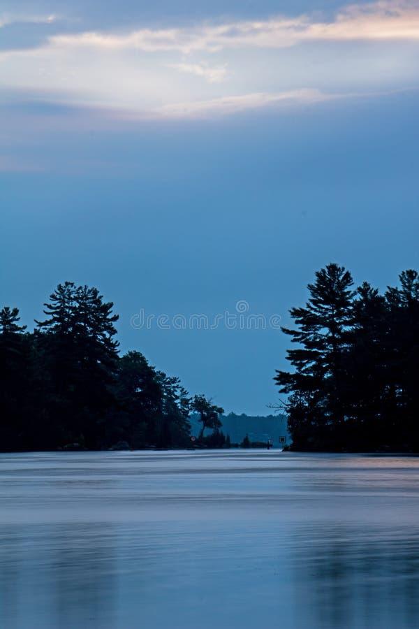 Väntande på soluppgång på Buckhorn sjön arkivbild