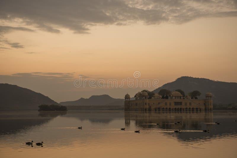 Väntande på soluppgång på Jai Mahal royaltyfria foton