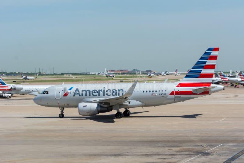 Väntande på tagande-av för American Airlines stråle royaltyfria bilder