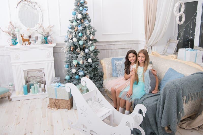 Väntande på under Morgonen för Xmas Liten flicka lyckligt nytt år Vinter xmas-online-shopping Isolerat på vit bakgrund royaltyfria bilder