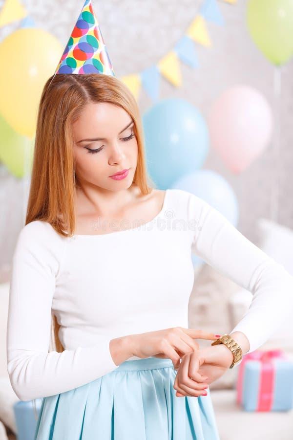 Väntande på vänner för ung flicka på födelsedagpartiet arkivbilder