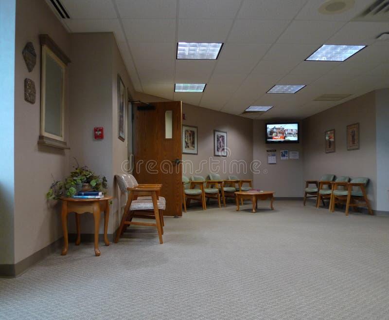 Väntande rum i modernt medicinskt kontor royaltyfria foton