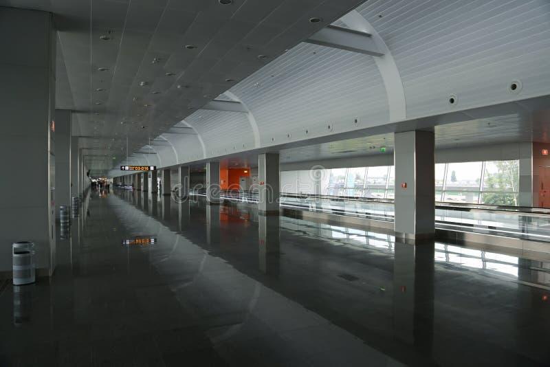 Väntande utrymme i terminal D i den internationella flygplatsen Borispol, Ukraina royaltyfria bilder
