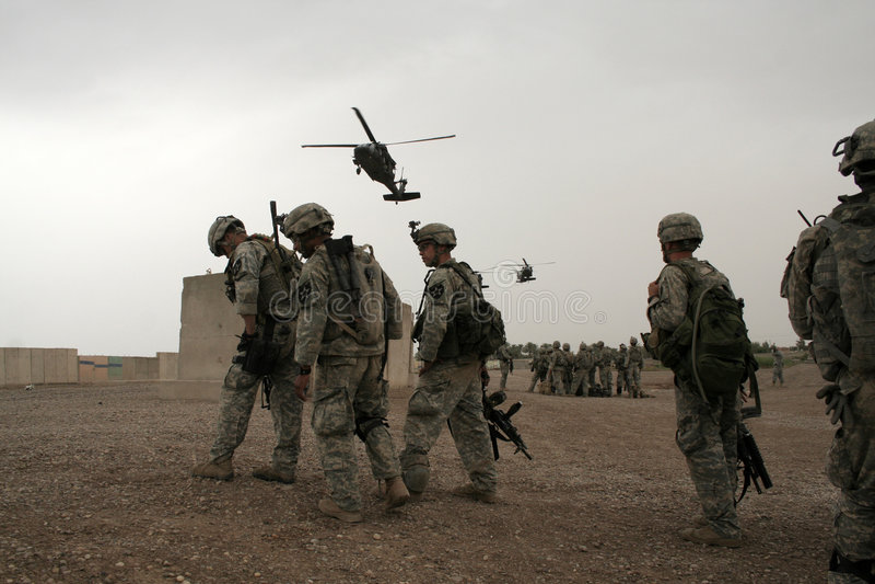 vänte för helikopteriraq soldater royaltyfri fotografi