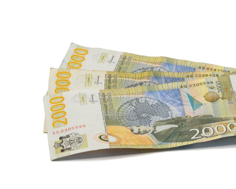 Värde för tre sedlar 2000 serbiska dinar med ståenden av en klimatforskare Milutin Milankovic isolerade på en vit bakgrund arkivfoto