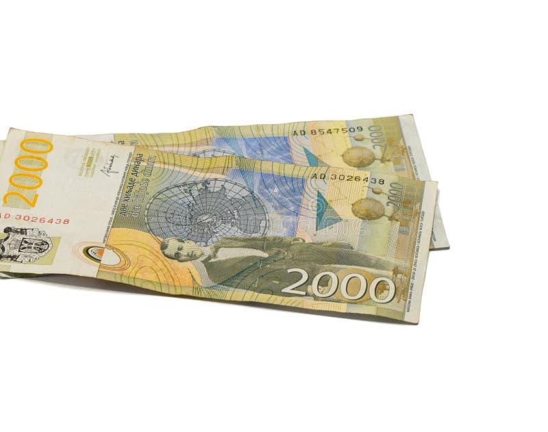 Värde för två sedlar 2000 serbiska dinar med en stående av en klimatforskare Milutin Milankovic isolerade på en vit bakgrund arkivbilder