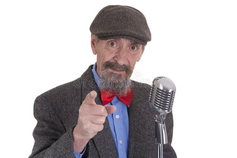 Värds med mikrofonen som pekar in mot åhörare arkivfoton
