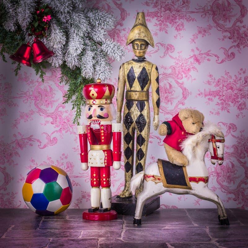Värld av barnet Träleksaker i julatmosfär royaltyfri bild