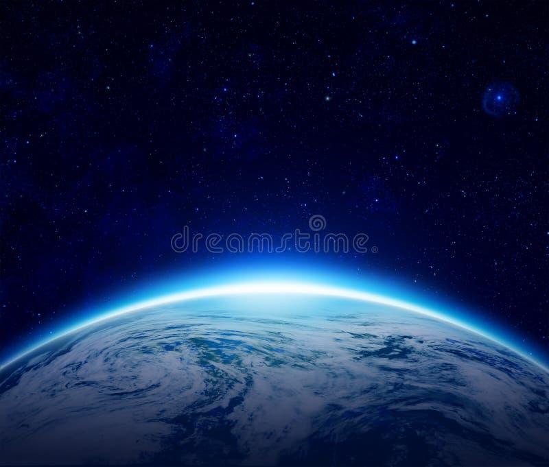 Värld blå planetjordsoluppgång över det molniga havet royaltyfri illustrationer