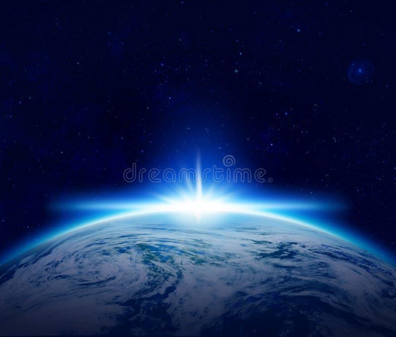 Värld blå planetjordsoluppgång över det molniga havet i utrymme royaltyfri illustrationer