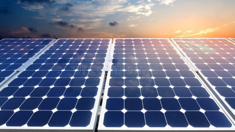 värld för nya paneler för energi för applikationutveckling sol- hel arkivfoto
