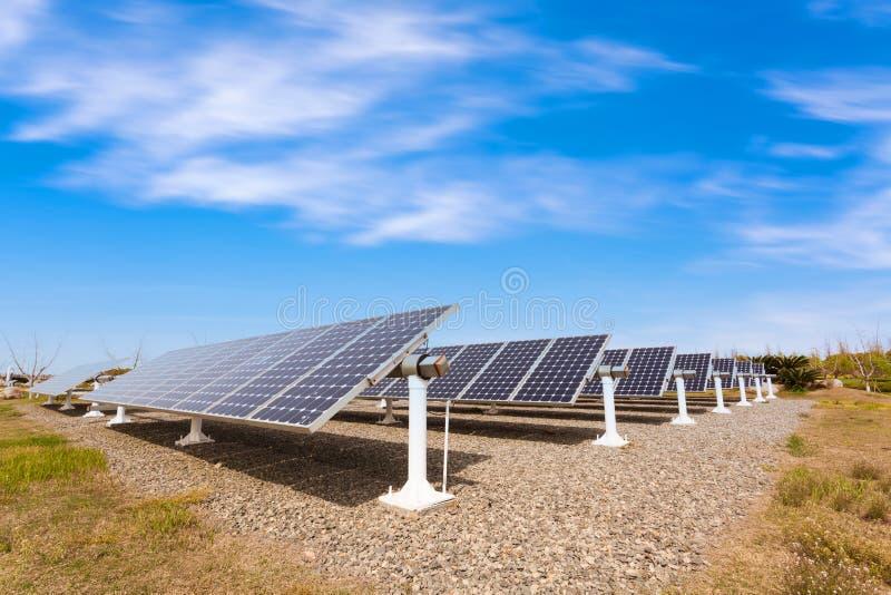 värld för nya paneler för energi för applikationutveckling sol- hel royaltyfria bilder
