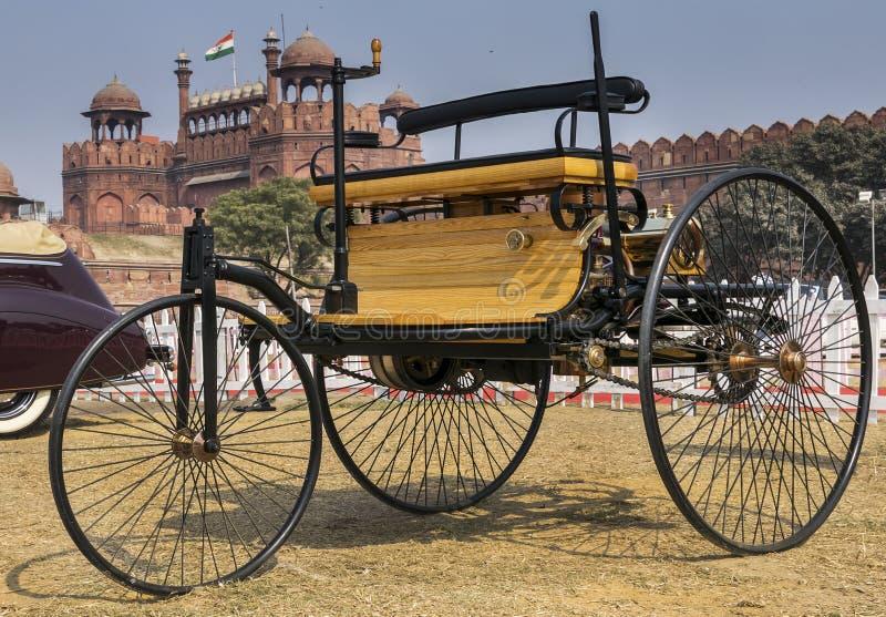 Världar bensin-tankade först bilmedlet Motorwagenen royaltyfria bilder