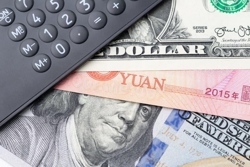 Världen påverkade landet, Kina och USA finansiell ekonomi, handlar krig- eller tariffbegrepp, den svarta räknemaskinen på den Kin royaltyfria foton