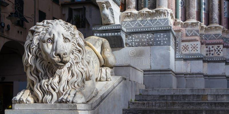 Världens mest ledsna lejon på ingången av Sanen Lorenzo Cathedral i Genua, Italien fotografering för bildbyråer