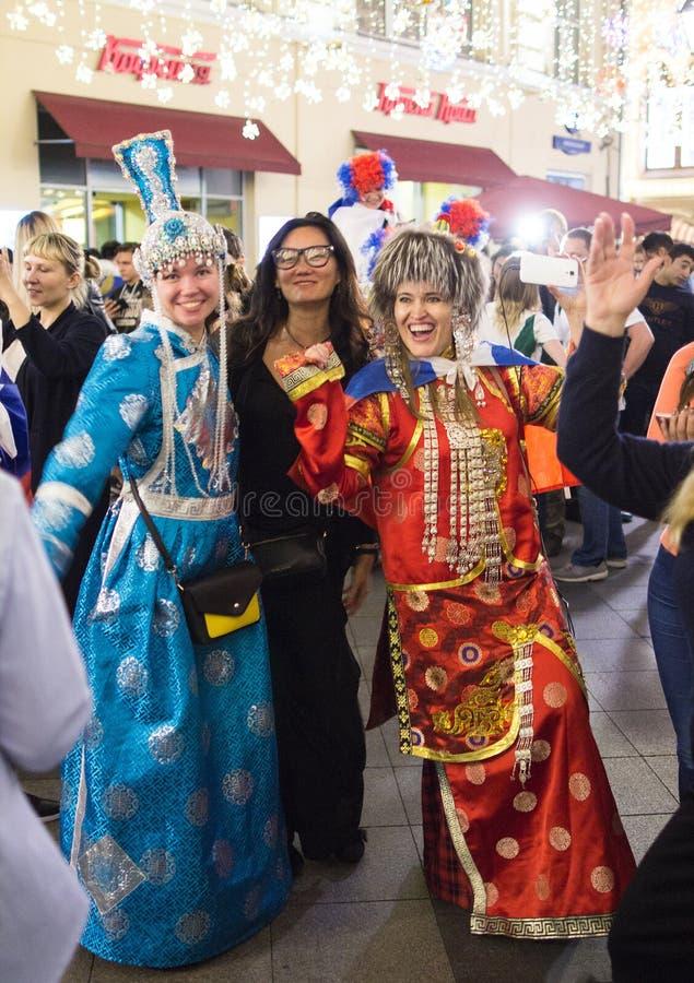 Världscup 2018 Moskva FIFA 2018 Sinnesrörelser av fotbollsfan på Moskvagator Folk i nationell klänning arkivbilder