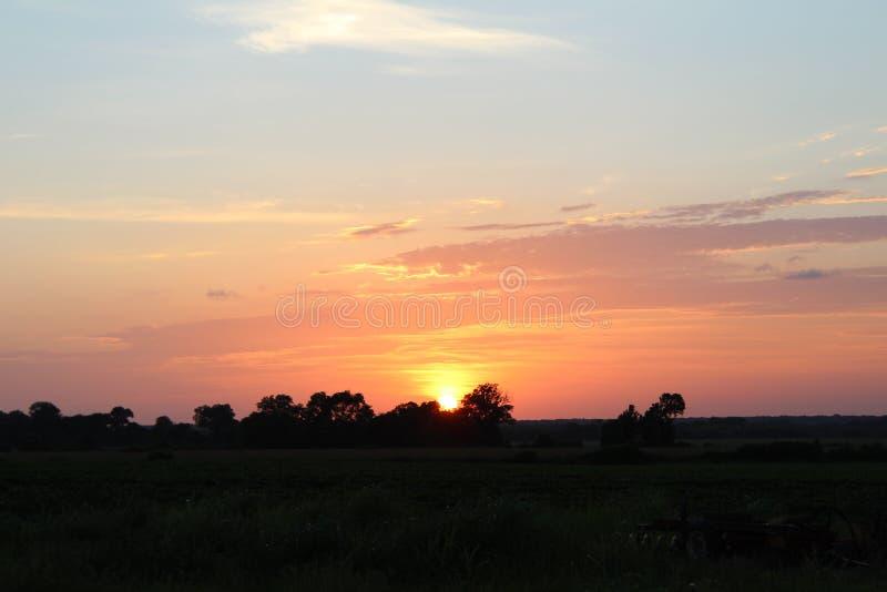 Världsfrämmande solnedgång arkivbilder
