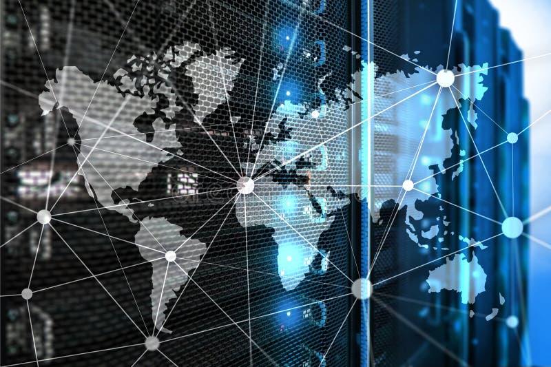 Världskarta med kommunikationsnätverket på serverrumbakgrund arkivfoton