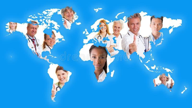 Världskarta med många doktorer royaltyfri fotografi