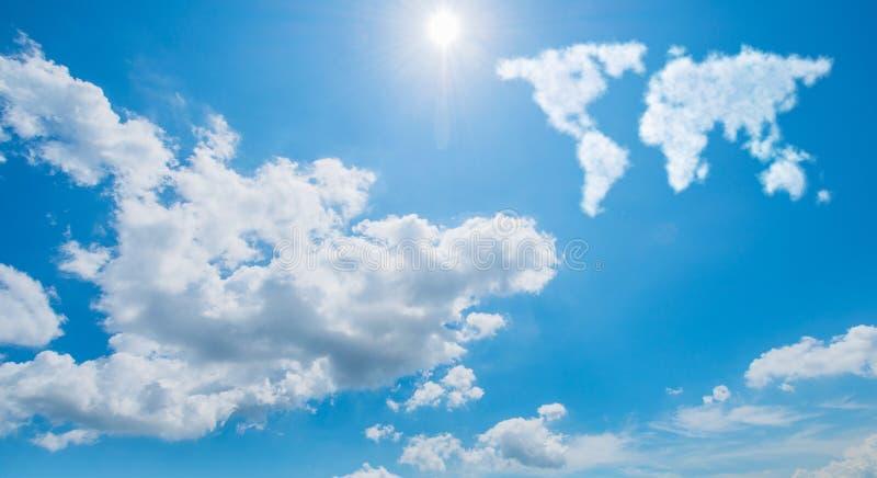 Världskartan som göras av moln i naturbegrepp royaltyfri fotografi