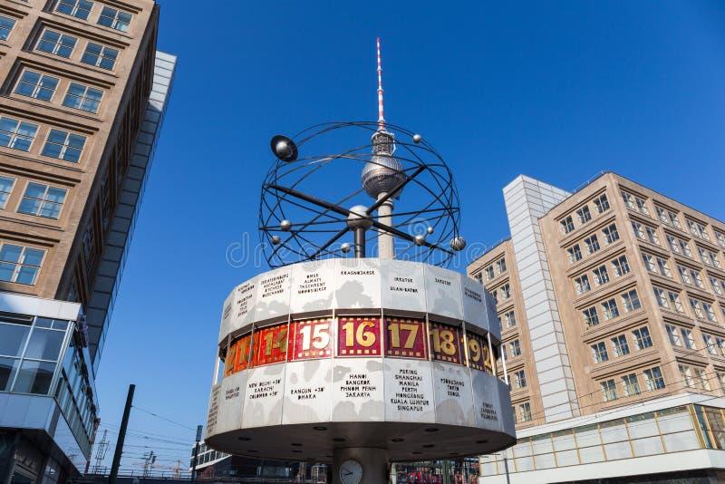 Världsklockan (Weltzeituhr) på Alexanderplatz i Berlin arkivfoton
