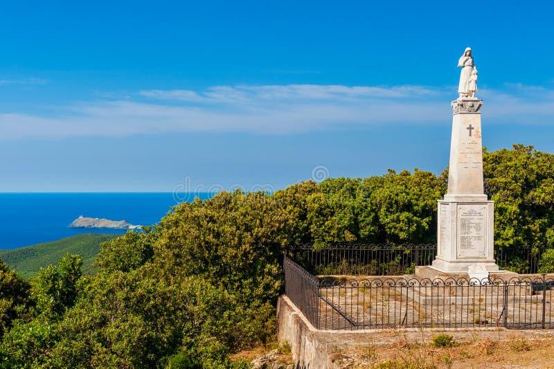 Världskrig I och II minnesmärkestaty och platta i Ersa Korsika Frankrike royaltyfri bild