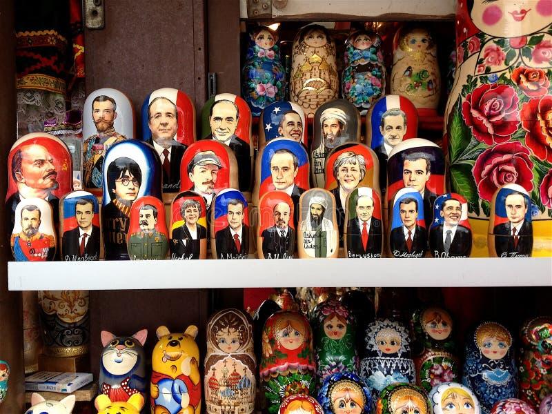 VärldsledandeMatryoshka dockor på skärm St Petersburg Ryssland arkivbild