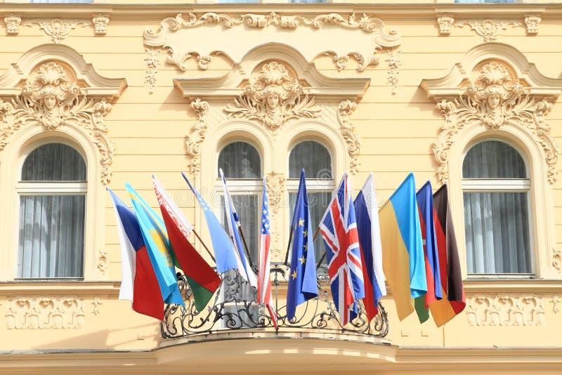 Världsomspännande flaggor arkivbild