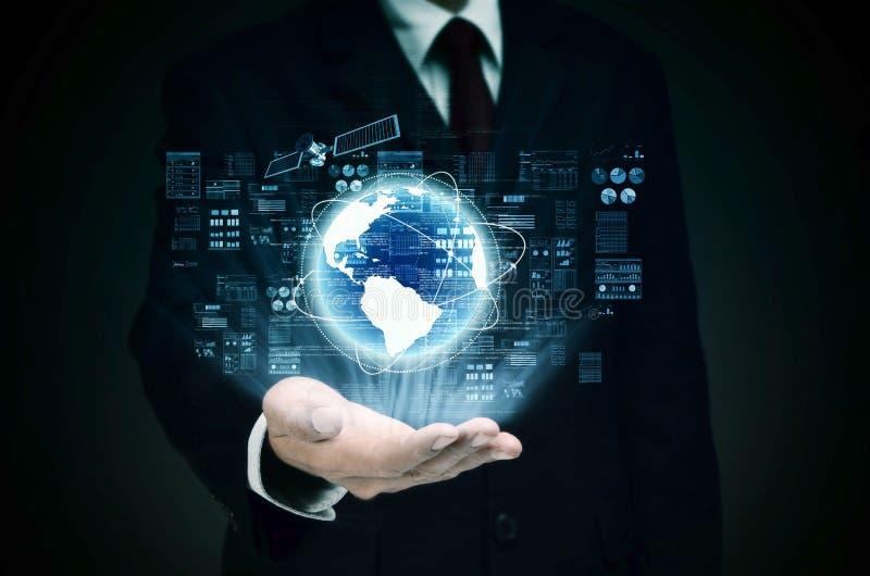 Världsomspännande internetaffär i kontroll royaltyfri bild