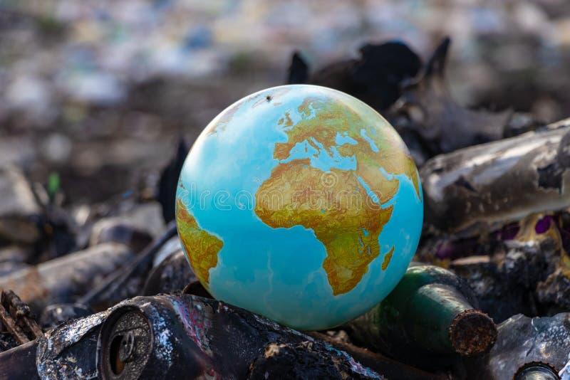 Världsproblemet av konsumtionssamhälle— begreppet av jorddagen royaltyfri bild