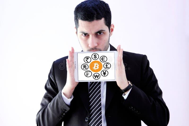 Världsvalutasymboler med cryptocurrencybitcoin royaltyfri fotografi