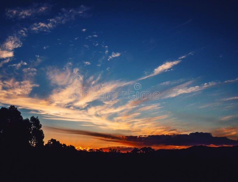 Värme moln på solnedgången arkivfoton
