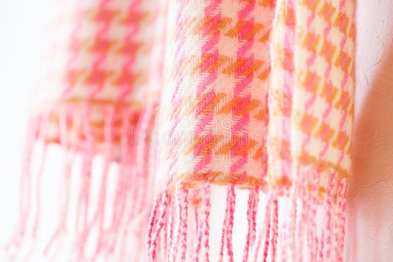 Värme stack ljuddämparerosa färger på vit arkivbild