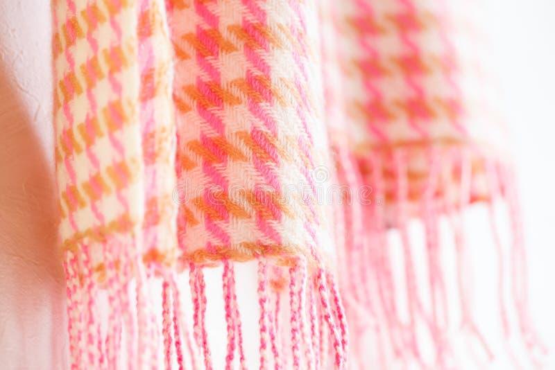 Värme stack ljuddämparerosa färger på vit royaltyfri foto