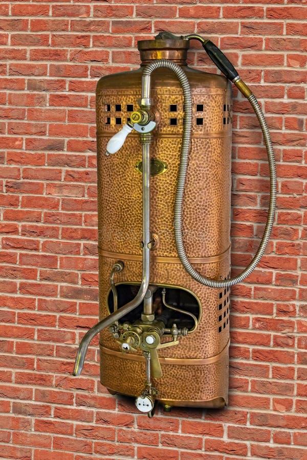 Värmeapparat för tappninggasvatten med duschen royaltyfri foto