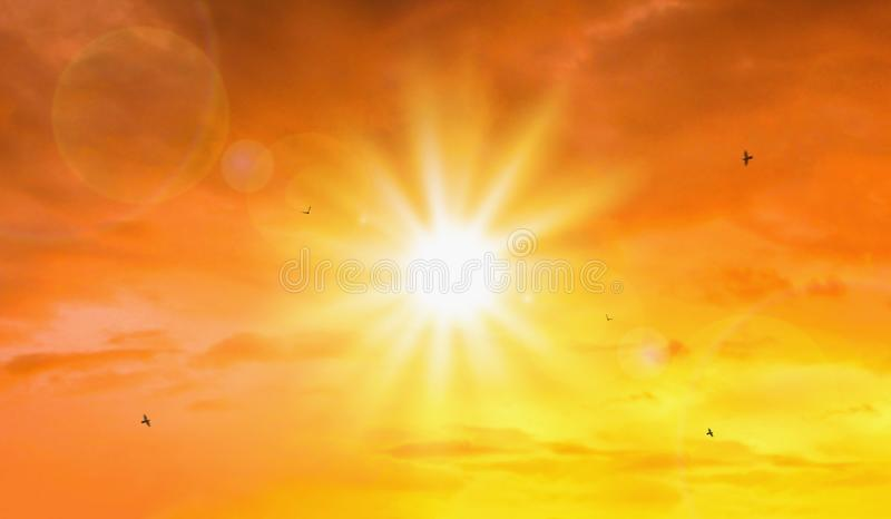 Värmebölja av extrem sol- och himmelbakgrund Varmt väder med global uppvärmningbegrepp Temperatur av sommarsäsongen arkivbilder