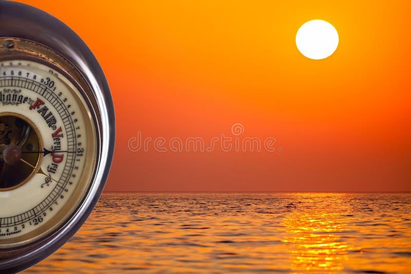 Värmebölja Barometer som förutser mycket torrt väder mot vändkretsen arkivfoton