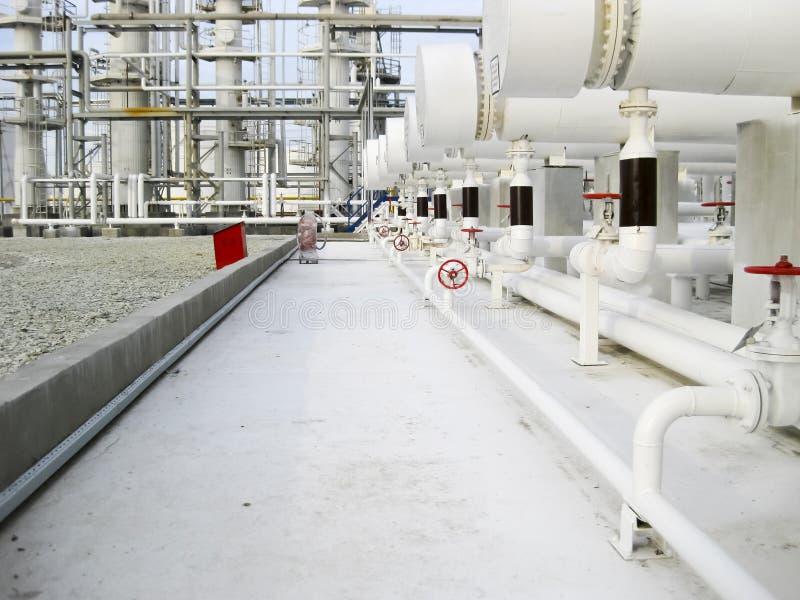 Värmeexchangers i en raffinaderi Utrustningen för olje- förädling arkivbild