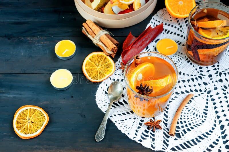 värmeorange te och torkade frukter royaltyfria foton