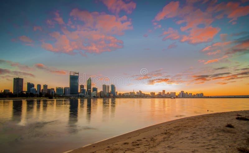 Västra Australien - soluppgångsikt av Perth horisont från svanfloden royaltyfri bild