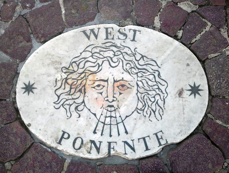 Västra - ett huvud som symboliserar riktningen av vinden En forntida bild på en marmortjock skiva i fyrkant för St Peter ` s i Va royaltyfri bild