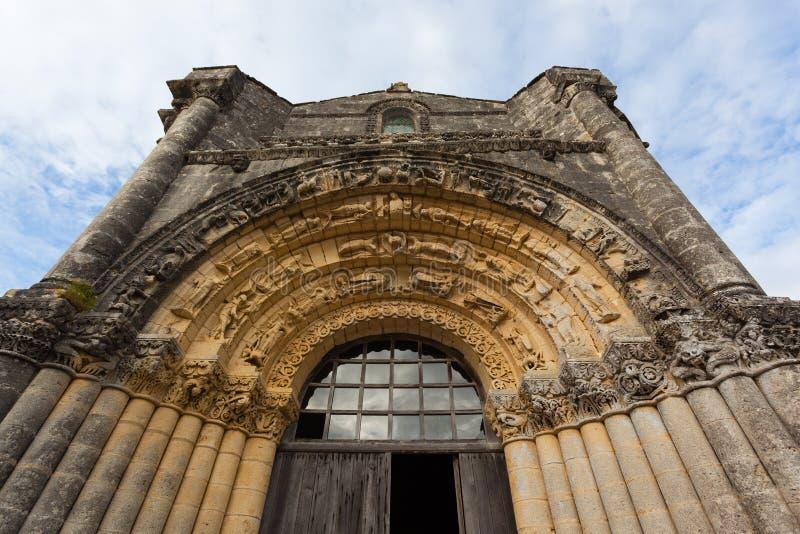 Västra fasadarchivolts av Notre-Dame de l'Assomption de Fenioux royaltyfri fotografi