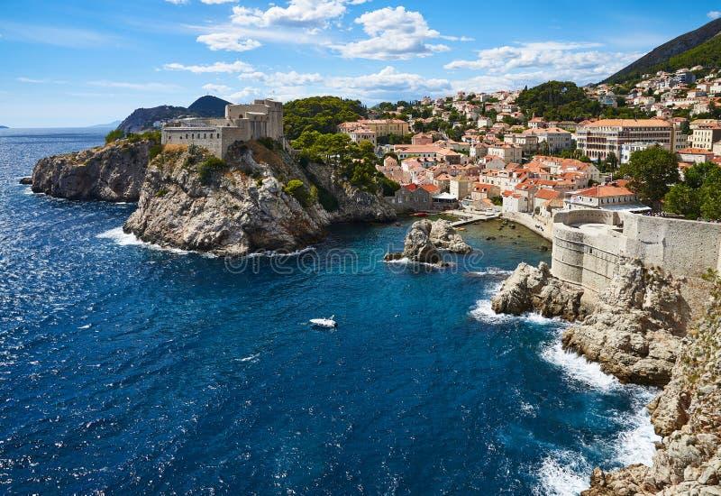 Västra hamn av Dubrovnik och stadsväggar arkivfoton