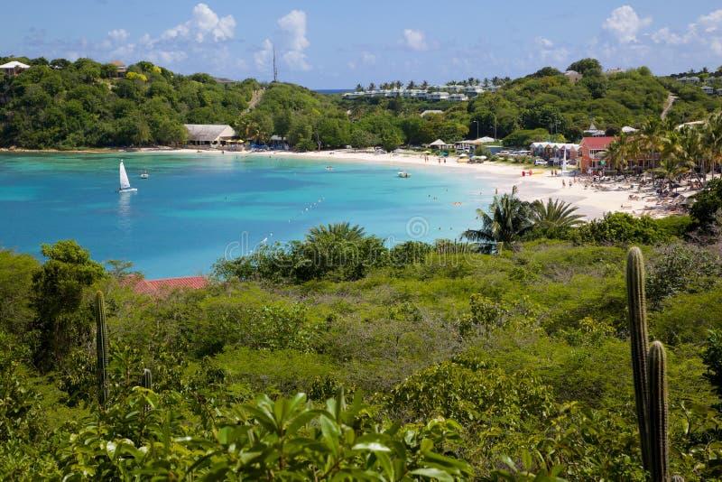 Västra Indies, karibiskt, Antigua, lång fjärd, sikt av den långa fjärden & strand royaltyfri foto